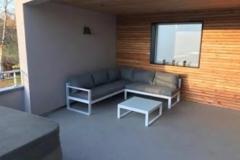 Coin-salon-sous-la-terrasse-couverte